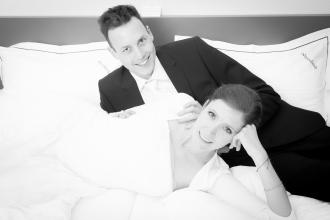 Hochzeitspaar im Hotelzimmer